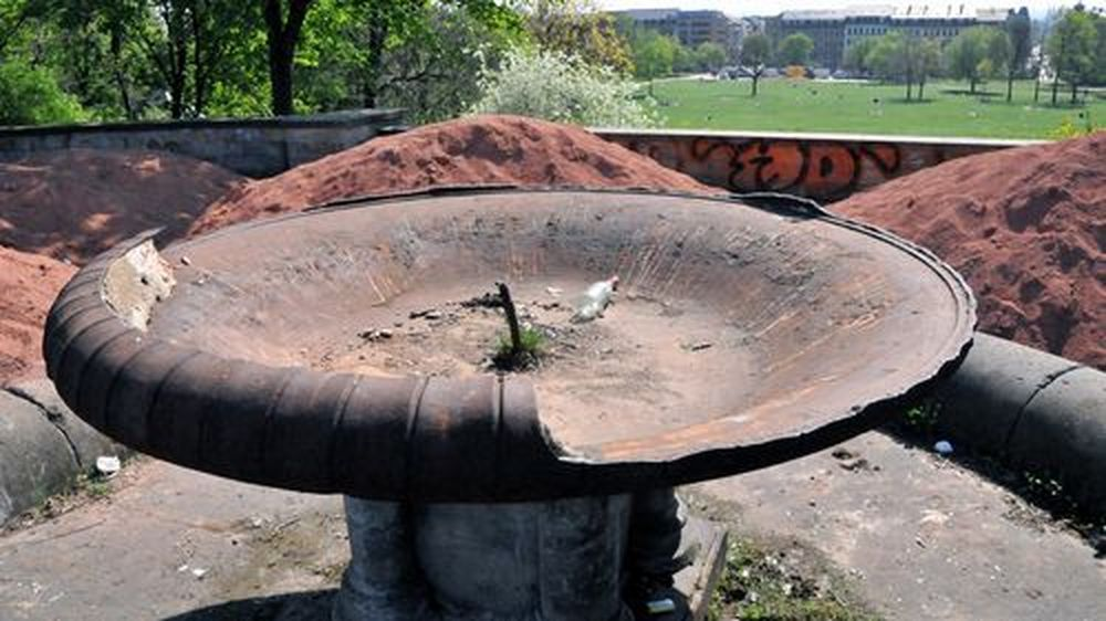 kaputter Brunnen im April 2009