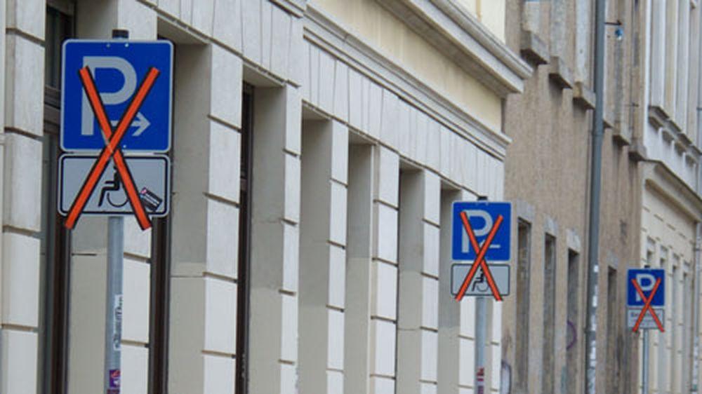 Abgeklebte Schilder auf der Böhmischen