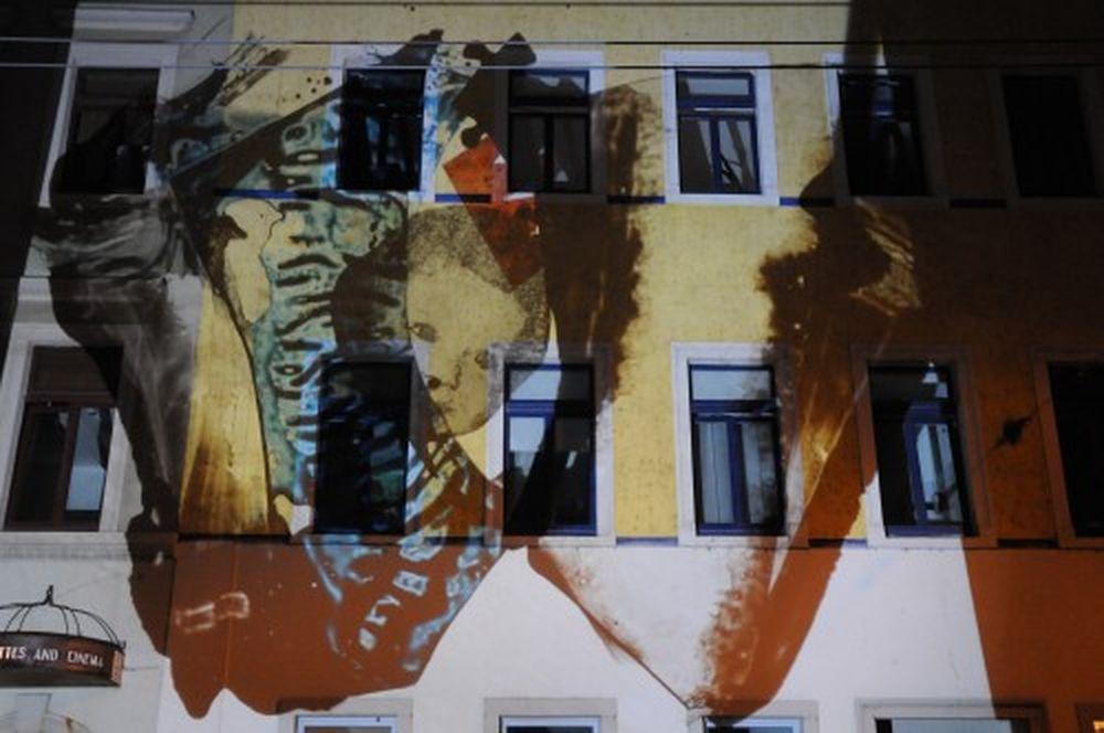 """Bunt, skurril und überraschend waren die Bildprojektionen auf der Fassade gegenüber dem """"Lebowski""""."""
