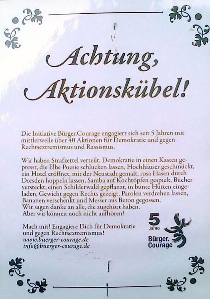 Informationen an den Blumenkübeln.