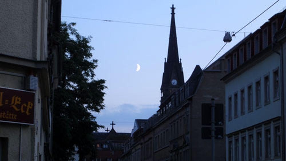 Der Mond über der Neustadt.