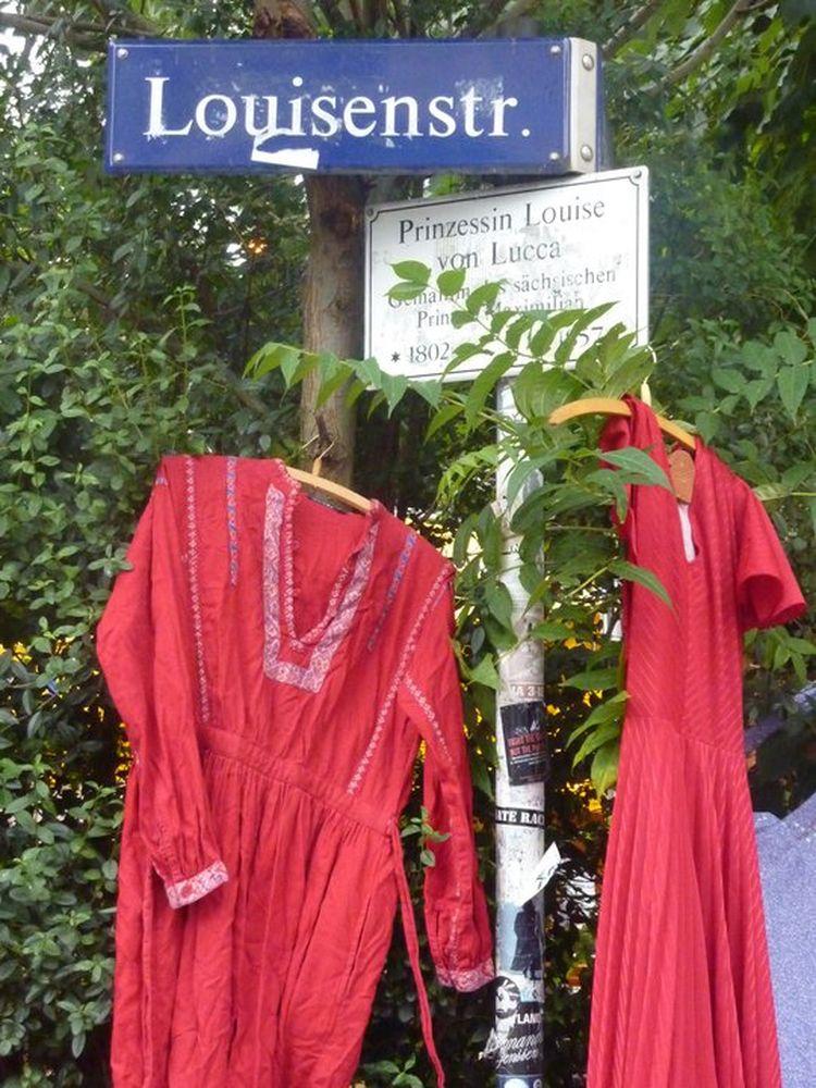 Katrin Kunde hat auch schon in der Neustadt fotografiert. Hier Prinzessin Louises Kleider beim Trödelmarkt 2010. Anklicken zum Vergrößern.
