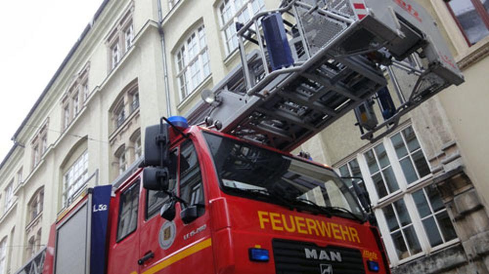 Die Feuerwehr holte die Eiszapfen von den Dachrinnen.