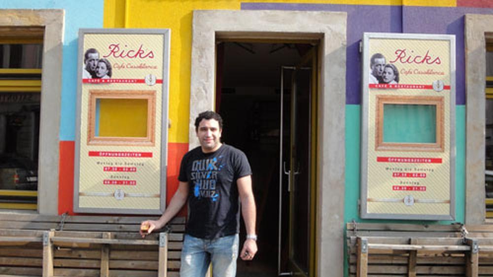 Aimad El Koutili vor seiner neuen Bar.
