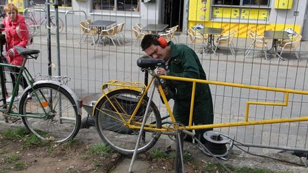 Ein Fahrradzaun wird repariert. Foto: Stanley