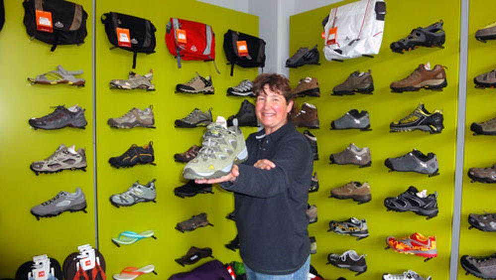 Verkäuferin Sabine inmitten der Schuhe.