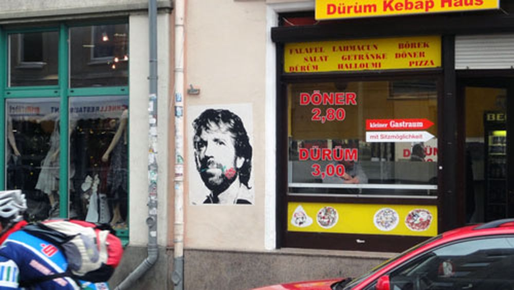 Chuck Norris mit Blume - Plakat auf der Alaunstraße