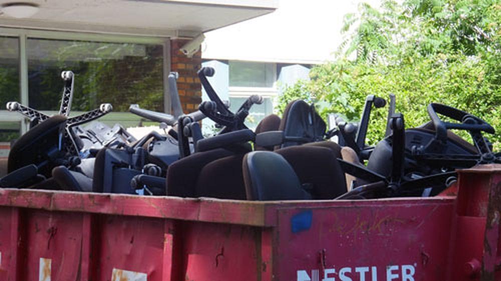 Bürostühle im Container.