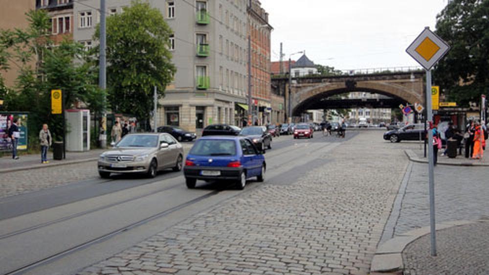 An der Ecke zur Rudolf-Leonhardt-Straße steht schon die erste Ampelsäule