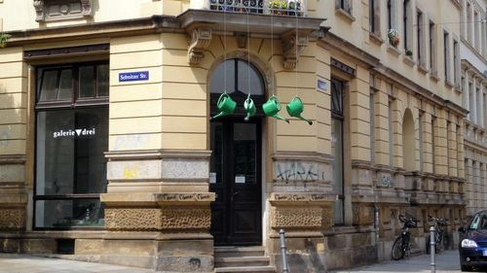 Grüne Gießkannen künden von neuer Ausstellung