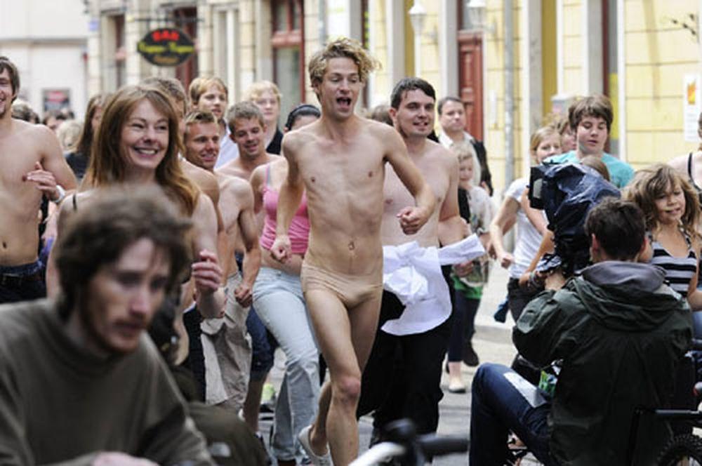 Fast nackter Polarkreis-Sänger auf der Görlitzer Straße