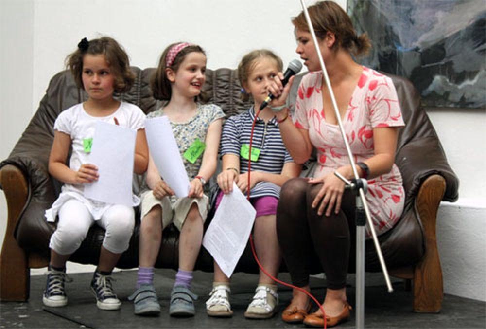 Kinderlesebühne 2010. Marie Louisa, Marlene und Alina im Gespräch mit Berit Toepfer. Foto: Marnie Lange
