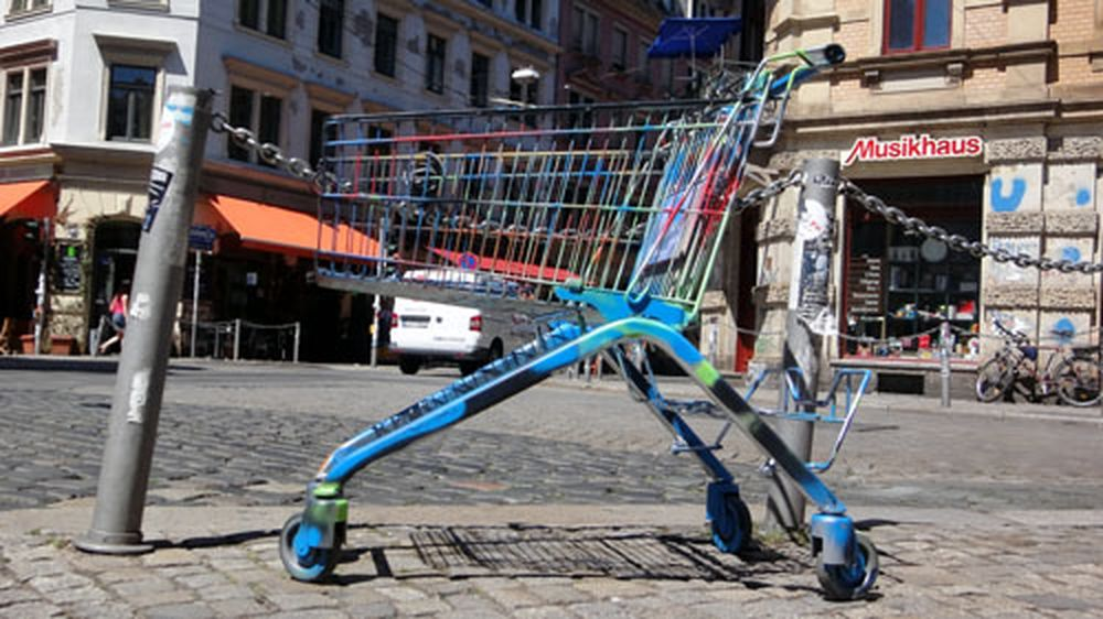 Ans Einkaufen erinnert auch dieses Kunstobjekt an der Louisenstraße.