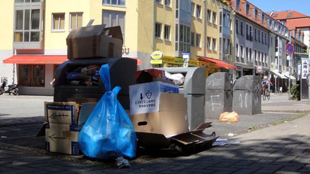 Überfüllter Container auf der Alaunstraße