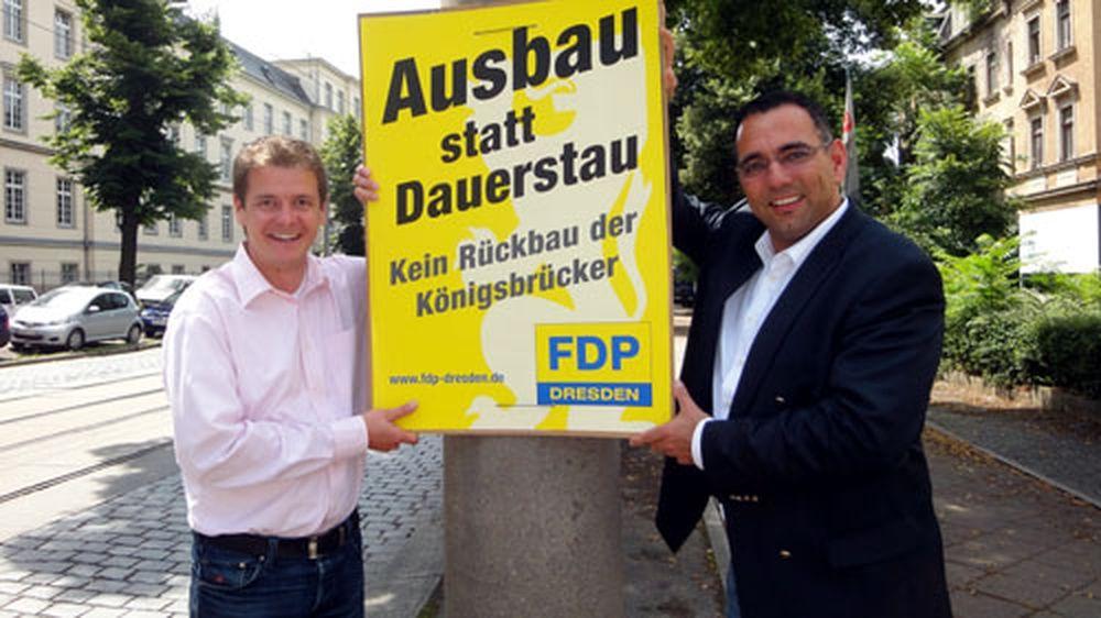FDP-Kreisvorsitzender Johannes Lohmeyer und der verkehrspolitische Sprecher der FDP, Matteo Böhme, präsentieren ihre Plakate