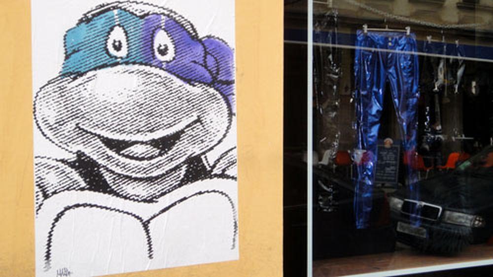 Schildkröte an Hauswand auf der Louisenstraße