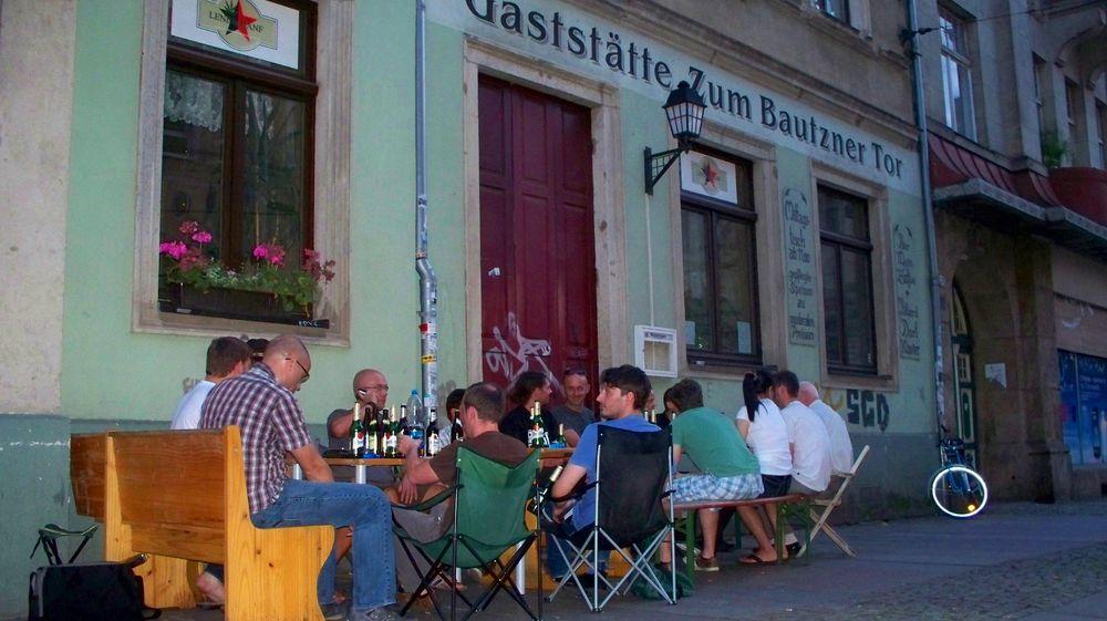 """Stammgästetreffen vor dem geschlossenen """"Tor"""" - Anklicken zum Vergrößern."""