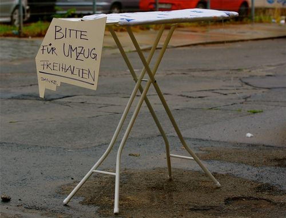 Plättbrett als Umzugsplatzhalter auf der Förstereistraße. Foto: Marc McLovin.